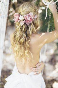 romantikus esküvői frizura virágokkal 11