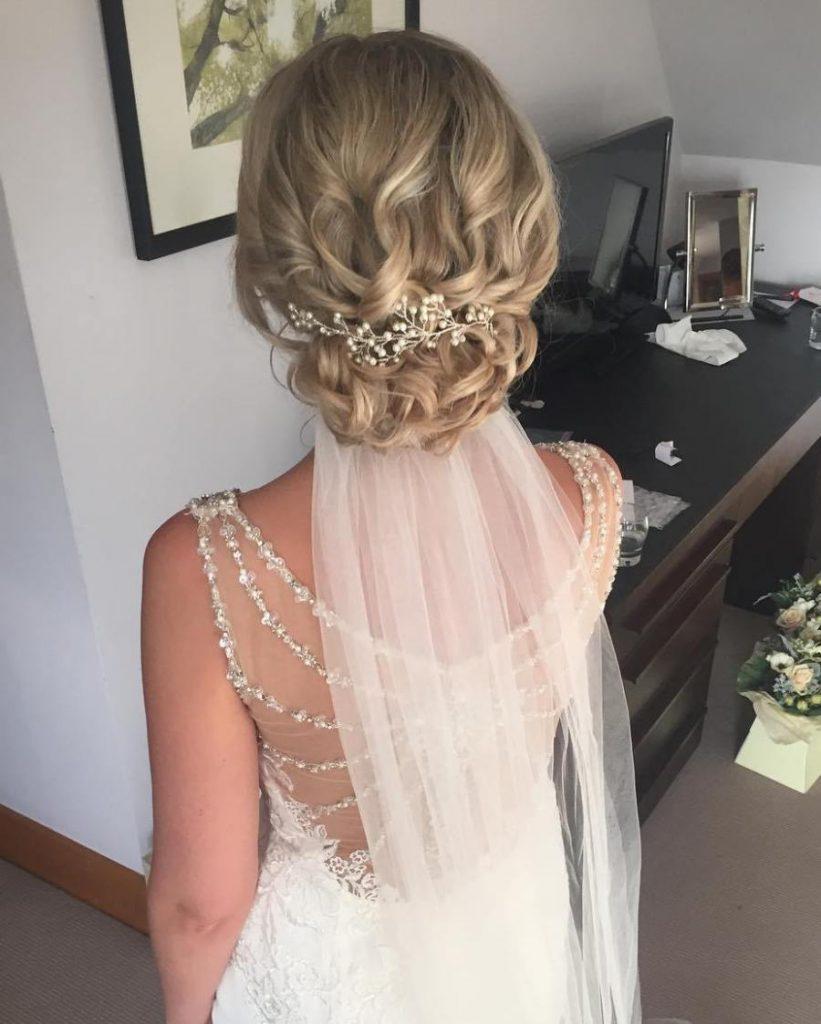 esküvői frizura félhosszú hullámos hajból