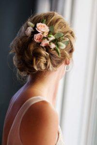 romantikus esküvői frizura virágokkal 10