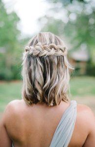 fonott esküvői frizura félhosszú hajból