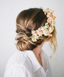 romantikus esküvői frizura virágokkal 8