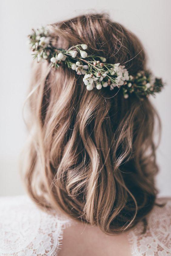 bohém esküvői frizura félhosszú hajból