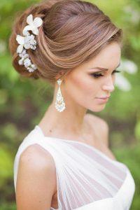 romantikus esküvői frizura virágokkal 9