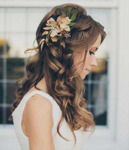 romantikus esküvői frizura virágokkal 2