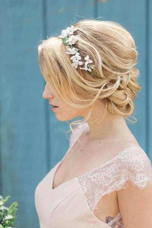 esküvői frizura félhosszú szőke hajból