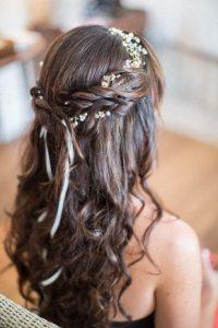 romantikus esküvői frizura virágokkal 7
