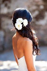 romantikus esküvői frizura virágokkal 6