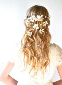 romantikus esküvői frizura virágokkal 5