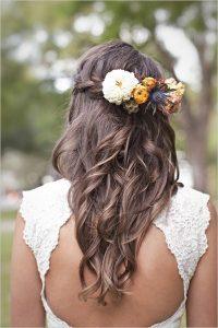 romantikus esküvői frizura virágokkal 3