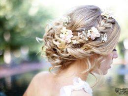 romantikus esküvői frizura virágokkal 4