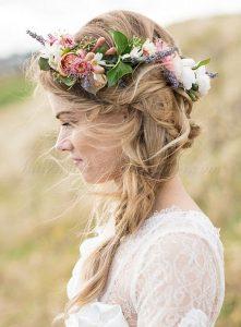 romantikus esküvői frizura virágokkal