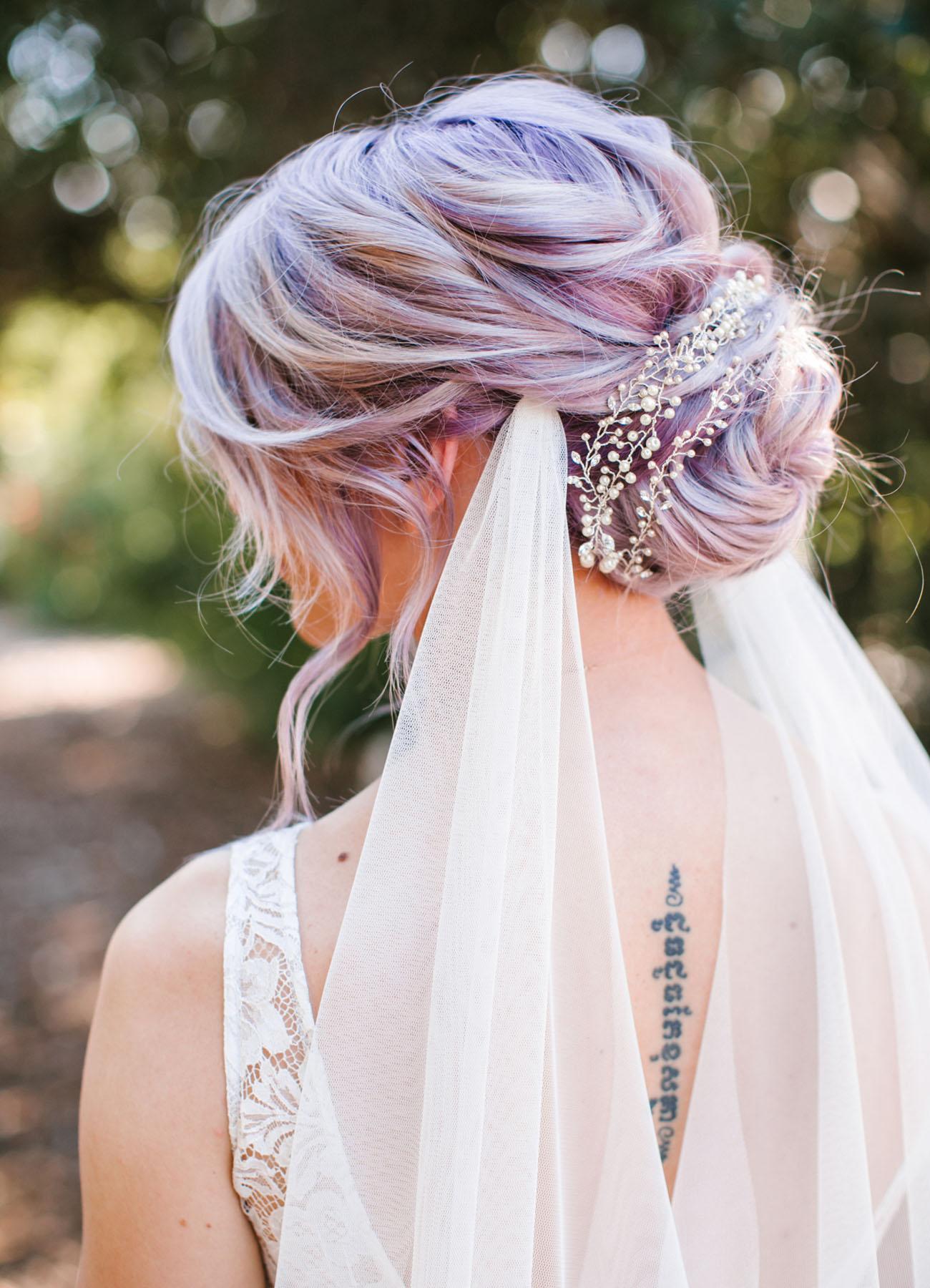 pink es lila eskuvoi frizura