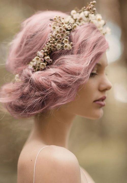 rózsaszín esküvői frizura