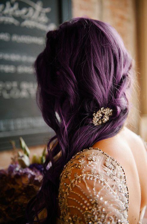 sötétlila esküvői frizura