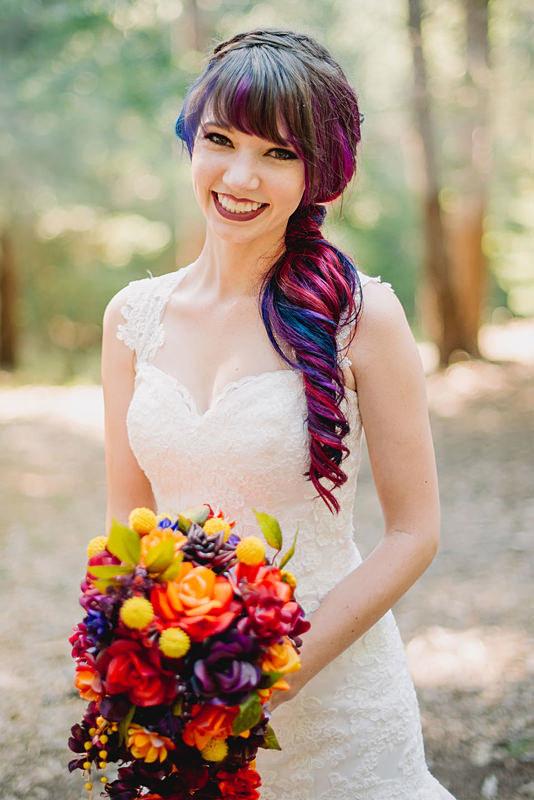 színes menyasszonyi haj