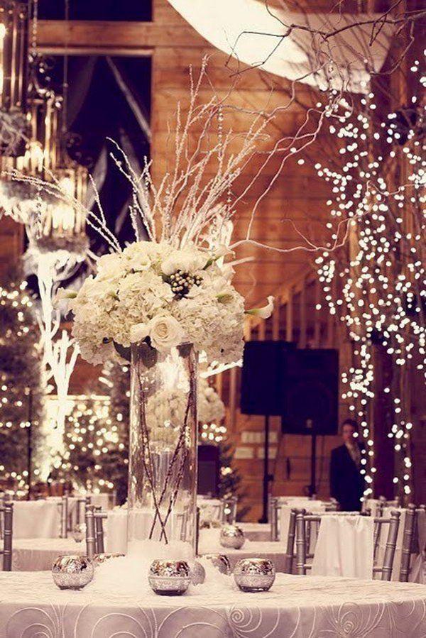 téli esküvői dekoráció fények és fehér virágok