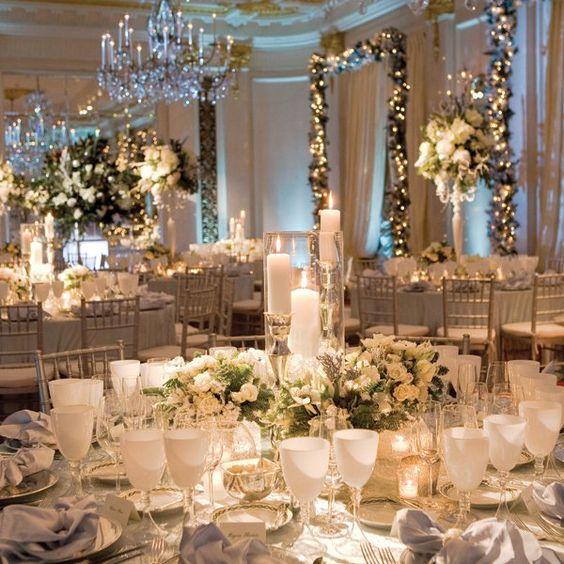 téli esküvői dekoráció  fehér zöld arany és fények