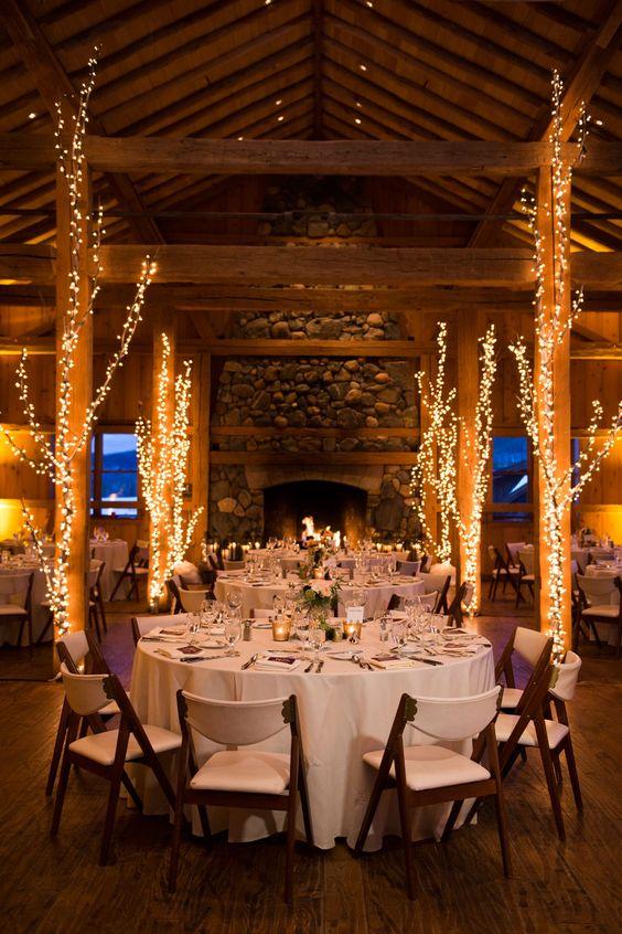téli esküvői dekoráció fényekkel